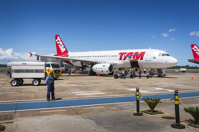 Foz do Iguaçú - Descarregando o Airbus A320 da TAM Linhas Aéreas / Unloading the TAM Airlines Airbus A320